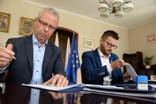 Andrzej Zygmunt z firmy Klotoida i burmistrz bartosz kaliński podpisali w czwartek umowę na zaprojketowanie nowej obwodnicy dla miasta