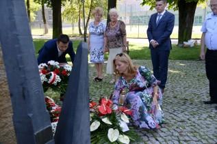 Burmistrz Bartosz Kaliński i radna Dorota Balak składają kwiaty pod pomnikiem Solidarności.