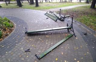 Wandalizm w Parku Miejskim. Komu przeszkadzały te ławki?