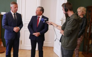 Wojewoda Piotr Ćwik i starosta Eugeniusz Kurdas podpisali dziś umowę na dodatkowy ambulans dla szpitala