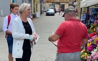 Dorota Niedziela podczas kampanii wyborczej rozdaje ulotki na targu w Wadowicach