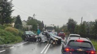 Wypadek w Tłuczani. Trzy samochody rozstrzaskane, dwie osoby ucierpiały