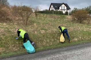 Zachęcają mieszkańców do sprzątania. Urzędnicy i wójt Stryszowa wyszli w teren