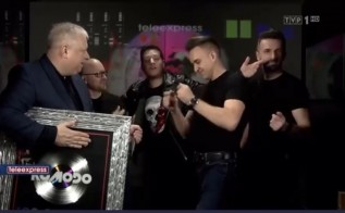 Marek Sierocki z teleexpresu wręcza nagrodę Komodo